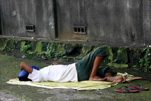 Pinoy Filipino Pilipino Buhay  people pictures photos life Philippines, city, scene, street, man, sleeping ground metro manila quezon city