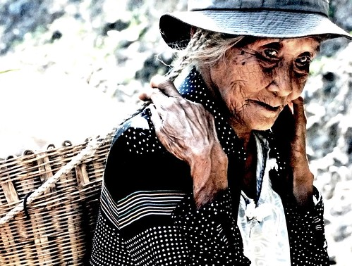 Basco Batanes Vegetable peddler vendor old woman basket  Buhay Pinoy Philippines Filipino Pilipino  people pictures photos life Philippinen  菲律宾  菲律賓  필리핀(공화국) kaing