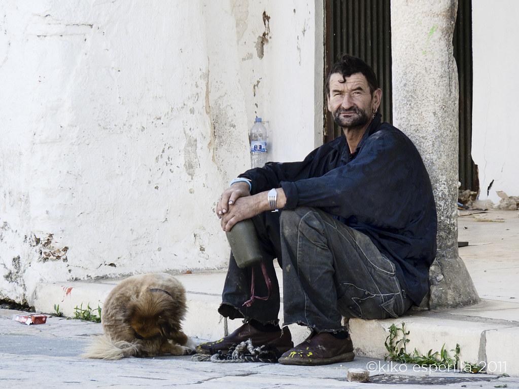 Hombre con perro, caracolillo y tenedor