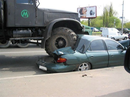 camion-ruso-vs-hyundai-elantra-2