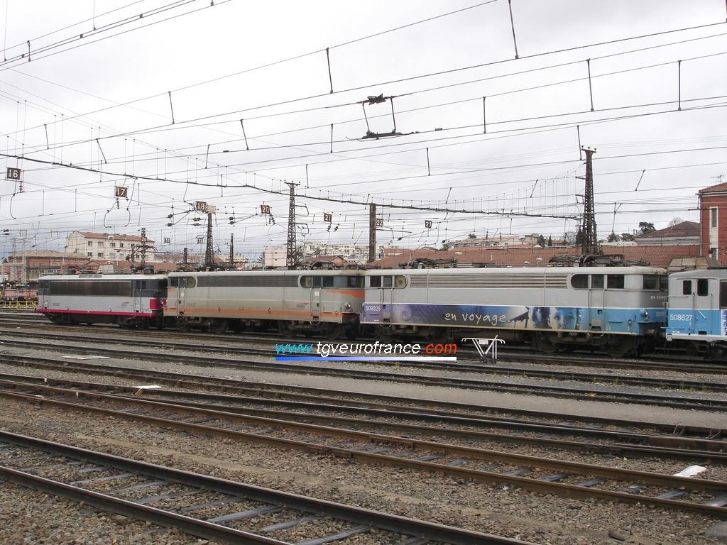 Quatre locomotives électriques stationnent au dépôt SNCF de Toulouse (deux BB 8500 et deux BB 9300).
