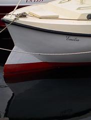 Emilia (Jan Egil Kristiansen) Tags: shadow reflection bulb boat emilia bow faroeislands grp fibreglass antifouling tórshavn glassfiber bulbousbow whitehull p6120296 bånnstoff brýggubakka