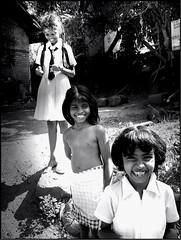 """sorrisi gratisse""...avrebbe detto  mia nonna (motondoso) Tags: girls bw blancoynegro smile smiling blackwhite asia bambini bn sri lanka sorriso srilanka sonrisa biancoenero srilankan nenas chiquillas mirissa"