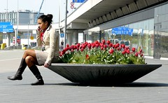 espalda a la belleza (AgusValenz) Tags: flowers red woman flores holland stockings girl amsterdam lady airport mujer rojo chica tulips boots netherland holanda fumar schiphol cigarrettes cigarros tulipan somoking