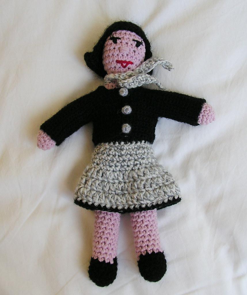 Beatrix dans un ensemble jupe et cardigan