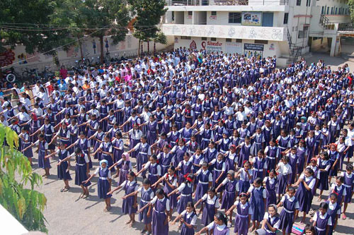 Indische Jugendliche stehen auf gegen Armut