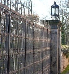 Fence of the castles garden (:Linda:) Tags: castle lamp metal fence germany lampe town thringen row thuringia zaun schloss dornburg sule thuringian wroughtironfence metalfence metallzaun dornburgerschlsser schmiedeeisernerzaun