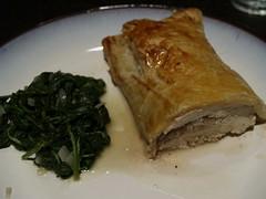 Spinat og indbagt kylling med blåskimmelost, valnødder og honning
