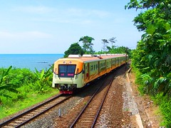 KRD Kaligung passing Plabuan Station (chris railway) Tags: sea station train indonesia tren coast eisenbahn railway zug trem bahn krd treno ka spoor ferrocarriles treinen ferrocarril ferrovia gleis treni spoorweg bisnis dmu  ferroviaria   chemindefer  pocig      ferroviria  tegal   demiryolu ekonomi keretaapi ferroviarie  trainphotography  ngst kaligung  plabuan  krde tuho    rseauferroviaire  oto semarangponcol keretadiesel    eisenbahnzgen ngperokaril   kolejowych ferrovipathe ferrovira fotografiaferrovira