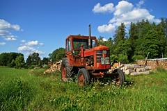 red tractor (*Kicki*) Tags: wood old blue red summer sky cloud tractor color colour green colors grass clouds volvo traktor colours minolta sweden alt schweden himmel cc bm creativecommons dynax7d 7d boxer konica dynax 2009 ved bl rd konicaminolta moln gammal grn grs kicki klver konicaminoltadynax7d funbo volvobm svenskaamatrfotografer kh67 volvobm350