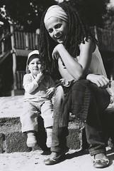 Malika et Karlotta (Isa devise) Tags: portrait photos fotos surlevif blackundwhite photosderue isadevise