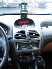 De kabel loopt over het dashboard.