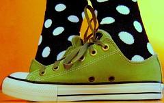 Para variar um pouco :) (Honey Pie!) Tags: orange verde green art colors socks contrast cores foot shoes colores dot bolinhas converse tenis allstar meias chucktaylor tênis kneehighsocks colorphotoaward cybershotdscs650 artsyfartsyfeet