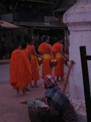 novice pack lunch (ergonomic banana chair) Tags: orange sunrise temple dawn southeastasia robe buddha buddhist monk buddhism monks laos wat luangprabang indochina offerings luangprabangprovince