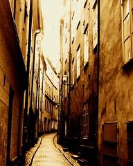 Gamla stan (*Kicki*) Tags: 2005 street old monochrome sepia town alley sweden stockholm schweden may monotone explore cc alleyway creativecommons gamlastan sverige oldtown suede monocrome gränd kicki flickrexplore explored platinumheartaward llovemypic svenskaamatörfotografer kh67