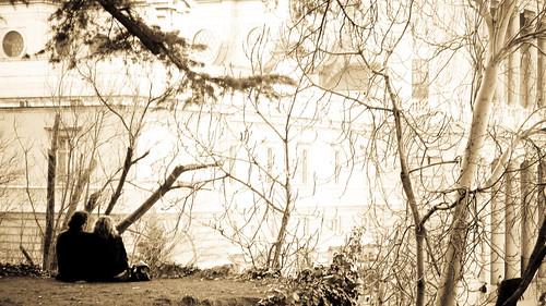 Foto de una parejita a lo suyo delante del Palacio Real de Madrid