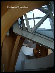 從停車場的手扶梯出來,見到的是這樣幾何圖案的屋頂