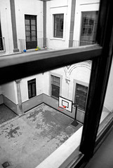 Patio de... juegos? (Jomablanco) Tags: window playground ball ventana ballon patio colegio escuela pelotas juego baloncesto scholl balones blackwhitephotos patiodejuegos