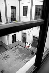 Patio de... juegos? (Jomablanco) Tags: window playground ball ventana ballon patio colegio escuela pelotas juego baloncesto scholl balones blackwhitephotos patiodejuegos