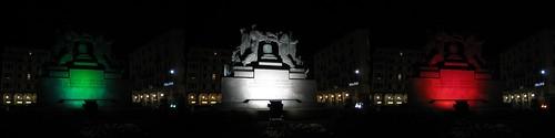 Il monumento ai Caduti di Savona illuminato con luci tricolori