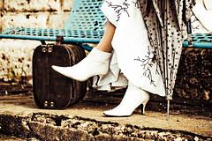 Composto (Carol Lagamba) Tags: blanco paraguas maleta botas