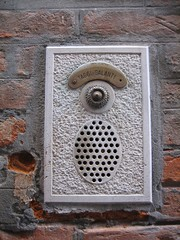 bell with speaker (conceptworker) Tags: italien venice italy oktober october europa europe bell lautsprecher loudspeaker front speaker intercom venedig 2007 interphone hauswand klingel gegensprechanlage conceptworker