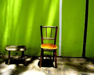 ...são casas simples com cadeiras na calçada
