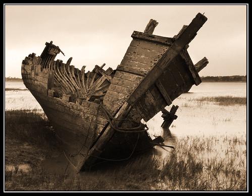 Another Of The Old Ship Wrecks Left To Rot On The Wyre Estuary. (è veramente una bella foto, spero che me la tolgano perché l'ho...rubacchiata...mi viene da scrivere con due b, ma forse è romanesco!) dans immagini che fanno sognare 1967139295_ab15f9badc