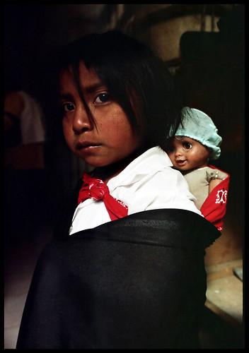 Cuidando su Protegido. Niña Yanacona. Macizo Colombiano.