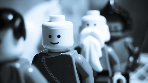 Foto de unos LEGO sobre mi mesa de trabajo