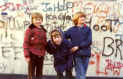 Cullingtree kids, Belfast (Peter Denton) Tags: uk ireland streetart boys childhood kids 35mm catchycolors children graffiti kinderen belfast kinder falls scanned northernireland analogue northofireland junge ulster ragazzo garcon divis lifeisart peterdenton cullingtree