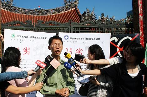 綠黨秘書長潘翰聲表示,龍山寺是黨外運動和環保運動的發源地,所以今天重回此地佈兩黨環保成績單別具意義