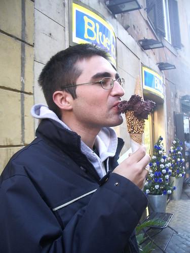 Comiendo un heladito italiano en invierno