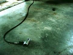 Garage (Ph. Grillot) Tags: sol car garage ground voiture bleu coche terre serpent par reparation tuyau fougres flexible visseuse