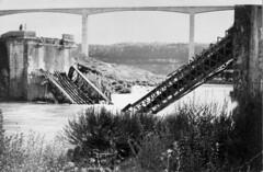 Le pont du début du siècle, démoli à la mise en eau du barrage (1968) avec, en fond, l'architecture du nouveau pont