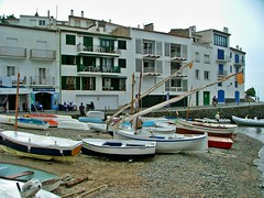 Cadaqués, l'Alt Empordà (Roberto AI) Tags: españa beach buildings boats boat spain edificios mediterranean mediterraneo barca playa catalonia girona catalunya barcas cataluña mediterraneansea cadaqués smallboat altempordà smallboats marmediterraneo laltempordà