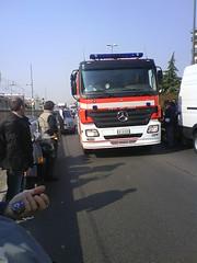 Auto brucia, arrivano i pompieri