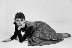 [フリー画像] 人物, 女性, オードリー・ヘプバーン, イギリス人, 女優, モノクロ写真, 頬杖をつく, 201101211700