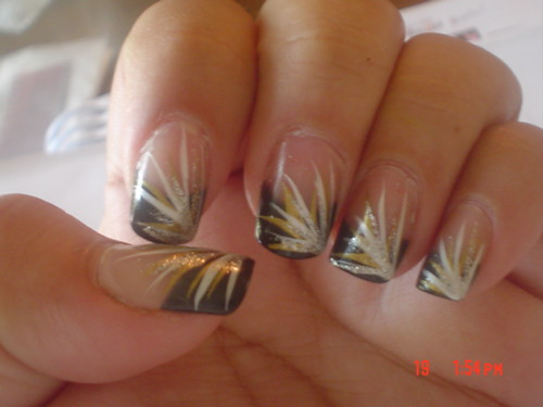 Black nail art Golden stripes design