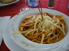 很多番茄醬的義大利麵