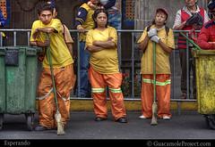 Esperando (WakamouL) Tags: waiting esperando zcalo dflickr quinceaeras ltytr1 guacamoleprojectcom a3b gpcomgentesociedad gpcomabril dflickr2604