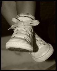 I piccoli piedi di Flavia (dona_a) Tags: feet kids children shoes bambini bodylanguage flavia piedi scarpe bimbi piedini canoniani neroameta