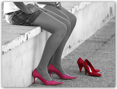 New shoes always hurt (Silvia de Luque) Tags: girls red cutout rojo shoes searchthebest fuschia zapatos chicas fucsia elegance blueribbonwinner supershot outstandingshots alhambra2006 silviadeluque mywinners aplusphoto infinestyle diamondclassphotographer superlativas uwoman