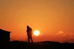 Walker (Fr Antunes) Tags: pordosol portugal silhouette sunrise canon eos cabo december laranja explore nuvens fr dezembro meco sesimbra tons silhueta antunes espichel 112008 pffg 400d 29122007 ilustrarportugal srieouro frantunes ldeluis