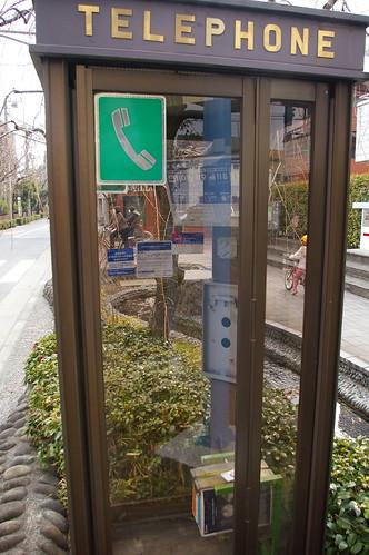 電話機のない電話ボックス