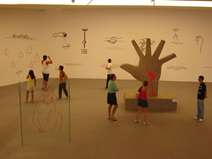 Exposio Projetos de Niemeyer (Raul Lisboa) Tags: brazil niemeyer brasil museum mac pessoas museu interior musee museo projeto niteroi passeio cronicas baiadeguanabara safarifotografico museudeartecontemporanea exposicao cfrj090308niteroi