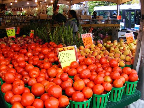Marché Côte-des-Neiges - tomate rouge 2$ le panier