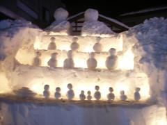 雪国館隣の足湯の入り口に雪だるまのおひな様がライトアップされていた