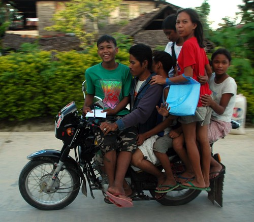 Philippinen  菲律宾  菲律賓  필리핀(공화국) Pinoy Filipino Pilipino Buhay  people pictures photos life commuting, family, General Luna, Siargao, Mindanao Philippines, rural, transport motorbike overloaded