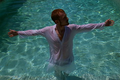 Je ne suis pas soluble dans l'eau // I am not soluble in the water // ich bin nicht wasserlslich (Mr-Pan) Tags: men water shirt christ redhead baptme roux vacance piscine swimingpool dedicace soluble saintjeanbaptiste schwimbad rouquin wasserlslich